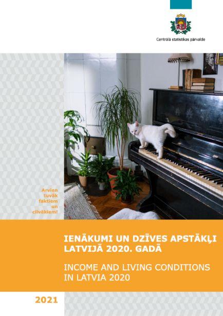 Publikācijas vāka attēls - Balts kaķis uzleca uz klavierēm dzīvojamajā istabā